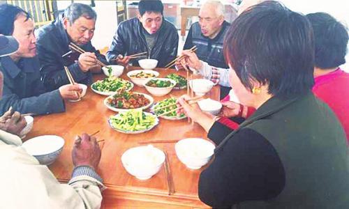 黄桥镇新洋村孤寡老人吃团圆饭、开联谊会
