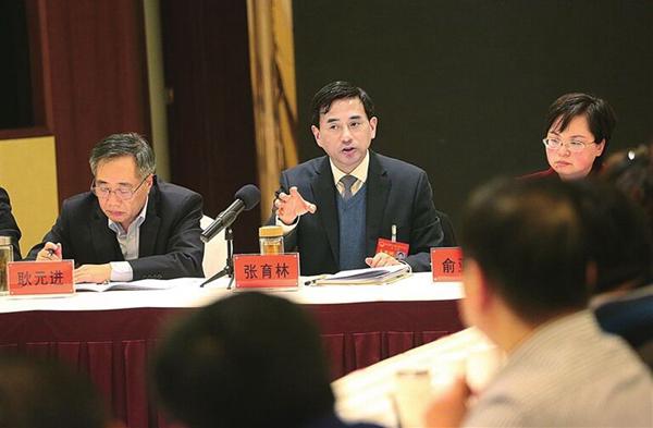 张育林参加第一代表团讨论时要求 树立争先进位标杆 实现老区跨越赶超