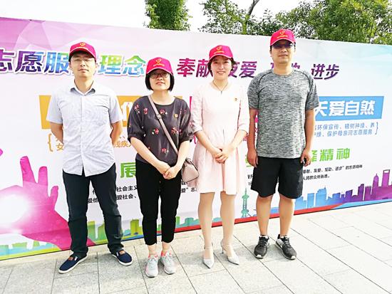 泰兴市财政局党员进社区环保宣传活动