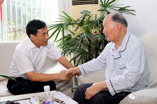 张育林刘志明走访慰问部分劳模、离休老干部和困难党员