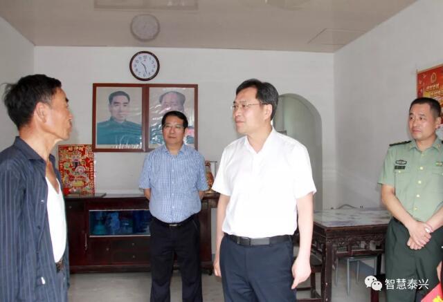 刘志明慰问困难党员和建国前老党员