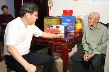 刘志明张坤走访慰问退役军人