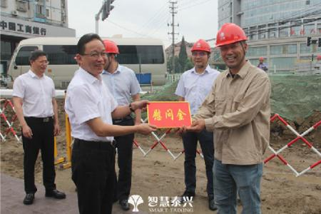 张坤慰问市政建设者、环卫工人、交警等一线劳动者